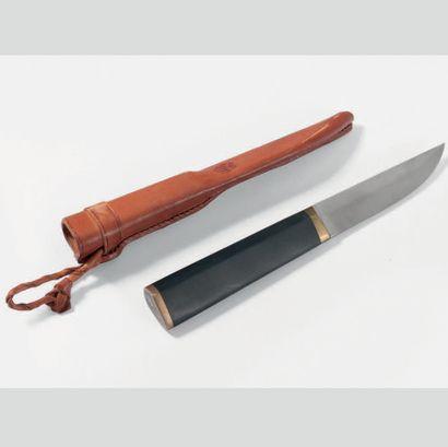 TAPIO WIRKKALA (1915-1985) Finlande Couteau de chasse et son étui Bois, métal, laiton,...