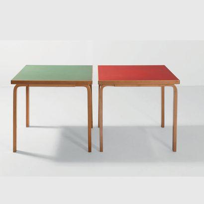 ALVAR AALTO (1898-1975) Finlande Paire de tables modèle «82» Bouleau, linoleum Édition...