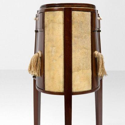 EMILE-JACQUES RUHLMANN (1879 - 1933) Rare petite table de toilette pour homme dite...