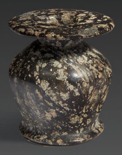 VASE À KOHOL. Vase à kohol à corps caréné...