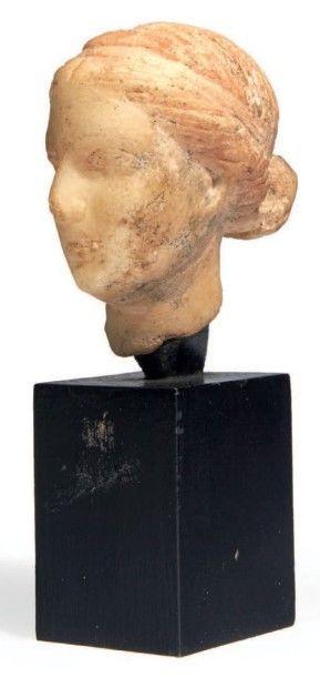 TÊTE D'APHRODITE. Tête de statuette représentant...