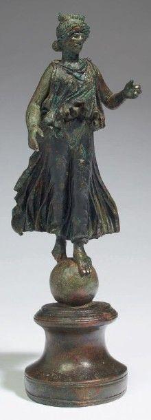 STATUETTE DE VICTOIRE. Statuette représentant...