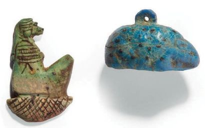 DEUX AMULETTES. Lot composé d'une amulettes...