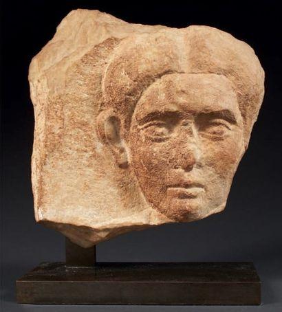 RELIEF sculpté du visage de face d'une femme,...