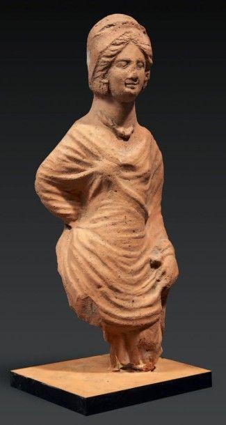 STATUETTE FÉMININE. Grande statuette représentant...