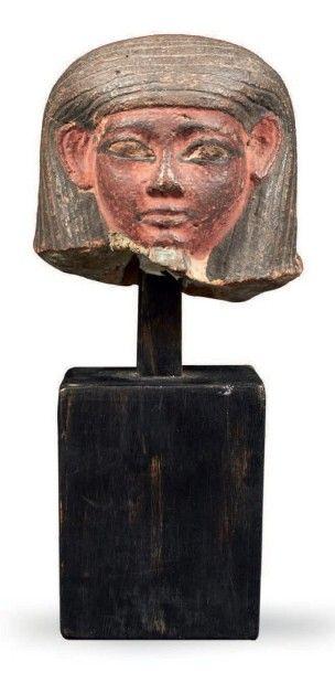 BOUCHON DE VASE CANOPE. Bouchon de vase canope représentant l'un des quatre fils...