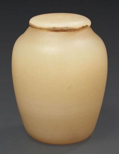 VASE À ONGUENT. Vase à corps piriforme à...