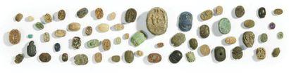 CINQUANTE-NEUF SCARABÉES. Lot composé de cinquante-neuf scarabées ou scarabéoïdes,...