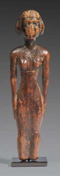 STATUETTE DE CONCUBINE. Statuette représentant une femme debout, les bras le long...