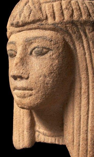 TÊTE FÉMININE. Tête de statue, probablement d'un groupe, représentant une femme....