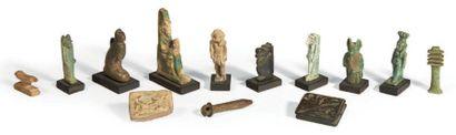 TREIZE AMULETTES. Lot composé de treize amulettes...