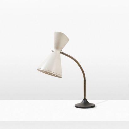Marcel Louis BAUGNIET (1896-1995) Lampe d'appoint Laiton, métal laqué blanc. H_ Max...