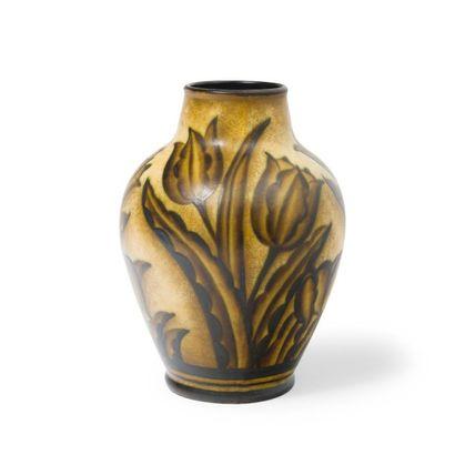 Charles CATTEAU (1880-1966) Vase en faïence au décor de tulipes Au dos, porte un...