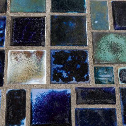 LOUISE SERVAES (1923) Table basse Fer forgé, céramique émaillée bleue. H_40 cm L_121...
