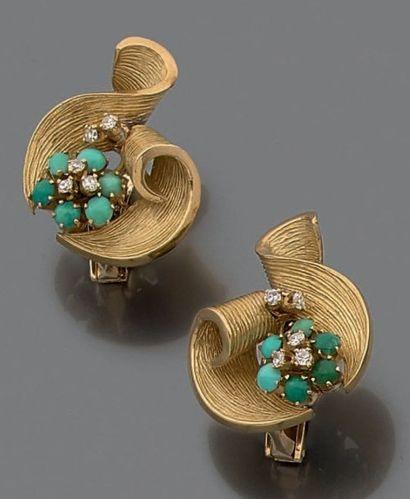 Paire de clips d'oreilles en rubans d'or...