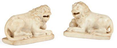 PAIRE DE LIONS en marbre blanc sculpté en...