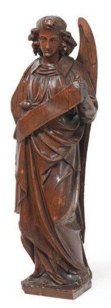 ANGE en chêne sculpté, dos creusé. Debout,...