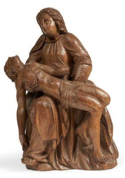 VIERGE DE PITIÉ en chêne sculpté en ronde-bosse....