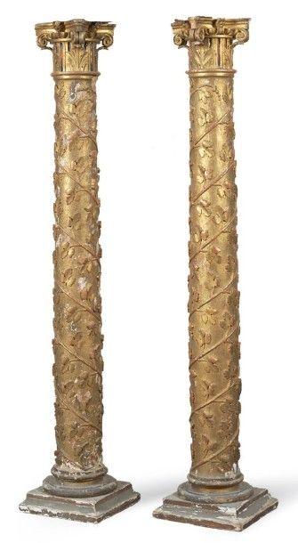 PAIRE DE COLONNES en bois sculpté et doré...
