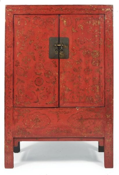ARMOIRE ouvrant à deux portes en bois laqué...