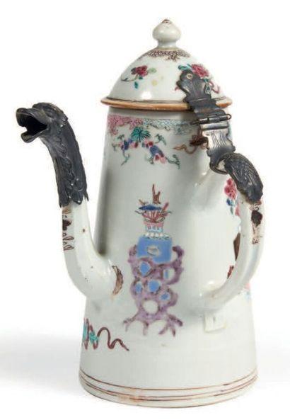 CAFETIÈRE de forme tronconique en porcelaine...