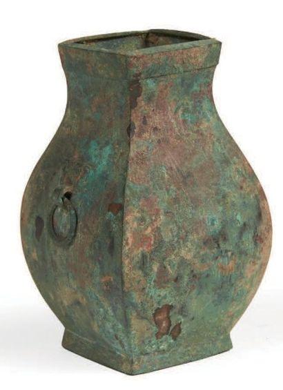 VASE de forme «fanghu» en bronze à patine...