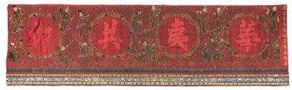 PANNEAU de forme rectangulaire en soie rouge...