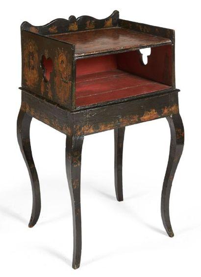PETITE TABLE de forme rectangulaire en bois...