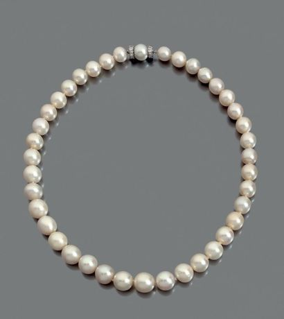 COLLIER de trente neuf perles fines en chute,...