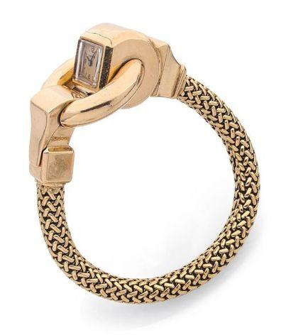 CARTIER ANNÉES 1940 Montre bracelet de dame en or jaune 18K, la montre sertie dans...