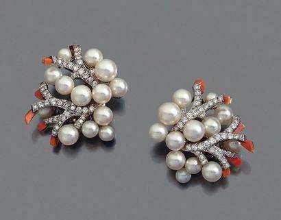 FULCO DI VERDURA 1960 Paire de motifs d'oreilles en or gris 18K et platine formant...