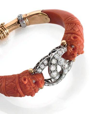 FULCO DI VERDURA 1960 Bracelet ouvrant en or jaune 18K orné d'un motif de croissants...