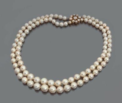 COLLIER de deux rangs de perles de culture en chute, fermoir fleur stylisée en or...