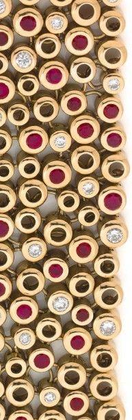 RENÉ BOIVIN ANNÉES 1960 Bracelet souple en or jaune 18K, orné d'alvéoles serties...