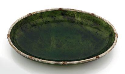 COUPE DE FORME OVALE en jade néphrite, monture en or 14K émaillé blanc à croisillons...