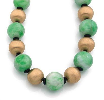 COLLIER de quinze boules de jade jadéite...