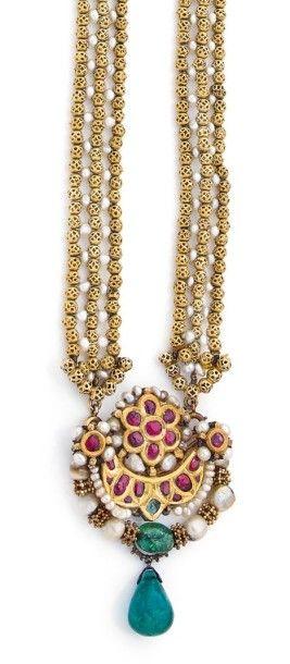 LONG COLLIER en perles d'or jaune 18K ajourées...