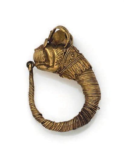BOUCLE D'OREILLE ornée d'une tête animale, le cou orné de fins filigranes. Or. IVe-...