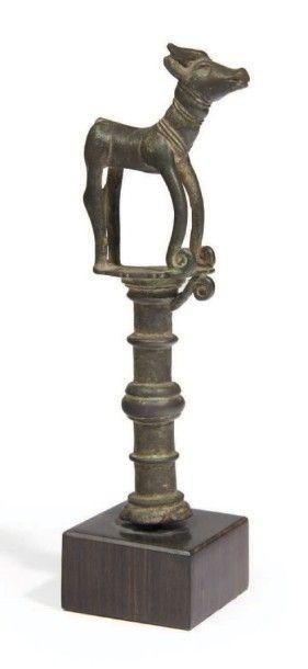 SURMONT orné d'une figurine de canidé. Bronze....