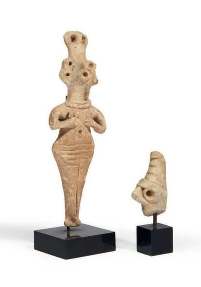 LOT COMPOSÉ d'une statuette de femme nue...