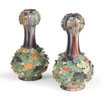 PAIRE DE VASES en barbotine à décor de fleurs. H_28 cm
