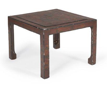 TABLE BASSE de forme carrée en laque cuir...