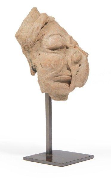 FRAGMENT DE VISAGE d'une sculpture moulée...