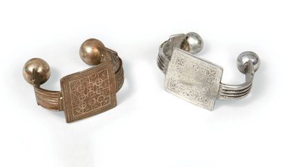 DEUX CHEVILLÈRES en argent et aluminium,...
