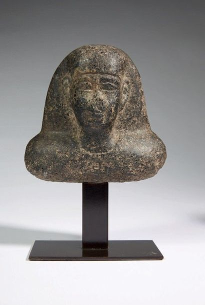 BUSTE DE DIGNITAIRE. Buste de statue représentant un homme coiffé d'une perruque...