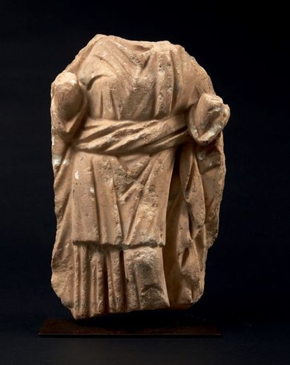 FEMME DRAPÉE. Relief sculpté du corps acéphale...