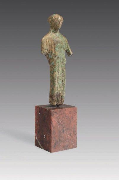 STATUETTE DE KORÉ PÉPLOPHORE. Statuette représentant...