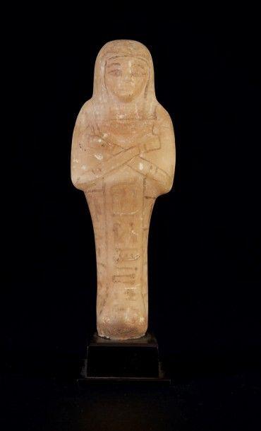 SHAOUABTI AU NOM DE MONTOU-HER-KHEPESHEF. Il est momiforme, coiffé de la perruque...