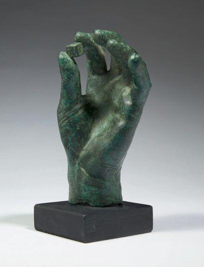MAIN TENANT UN DÉ. Main gauche de statue...