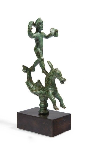 GUERRIER SUR UN CHEVAL MARIN. Figurine, probablement...